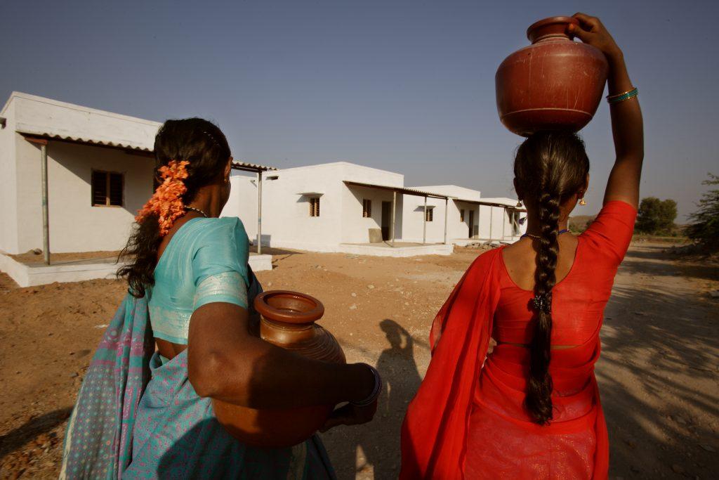 Dúas mulleres participantes nun proxecto da Fundación Vicente Ferrer na India // Ramon Serrano